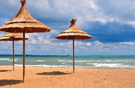 Песчаный пляж манит туристов